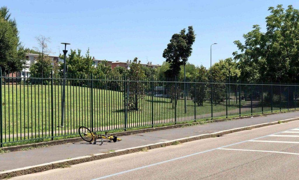 Bicicletta a stallo libero abbandonata in strada